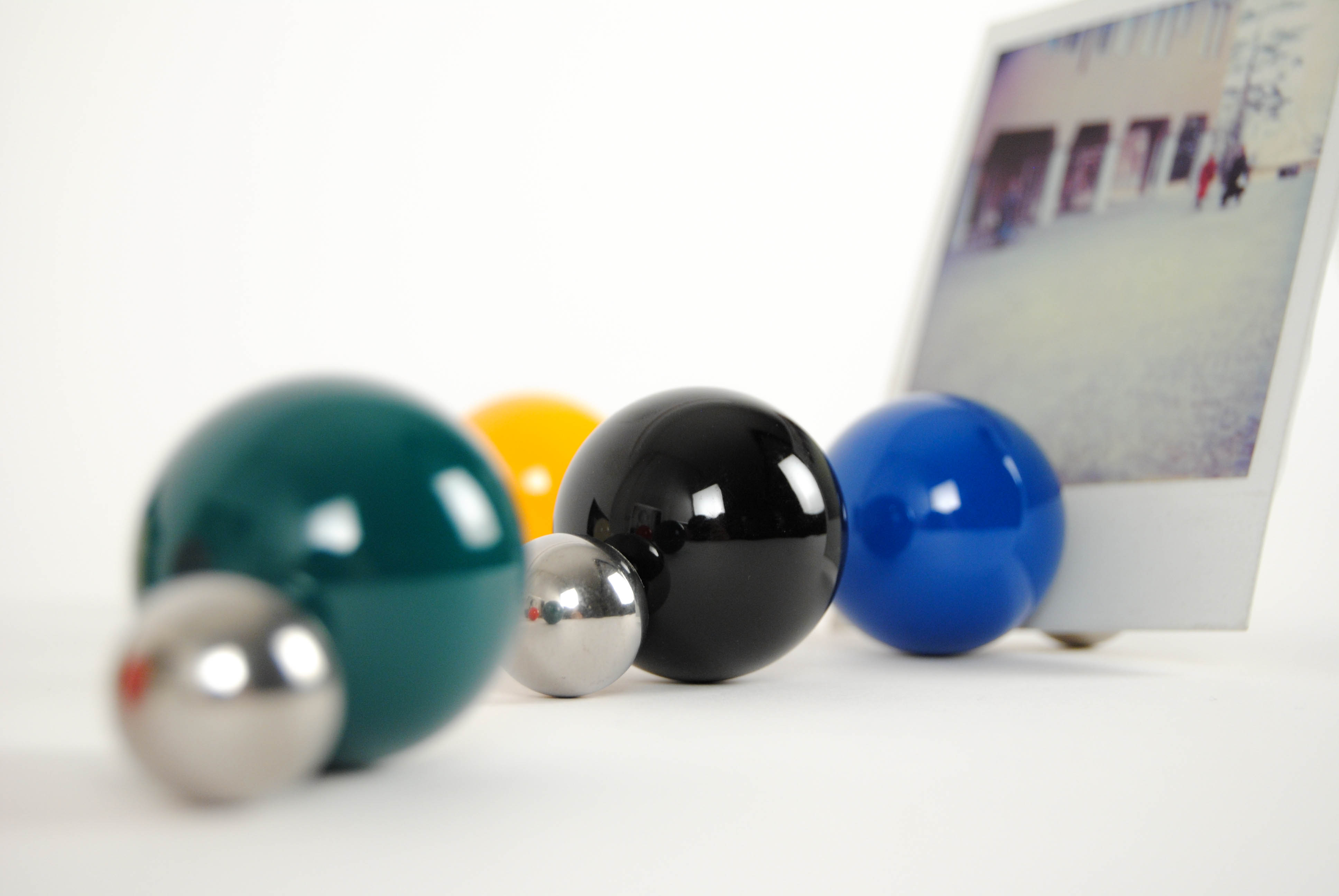 tac photo holders with magnetic balls keeping a picture