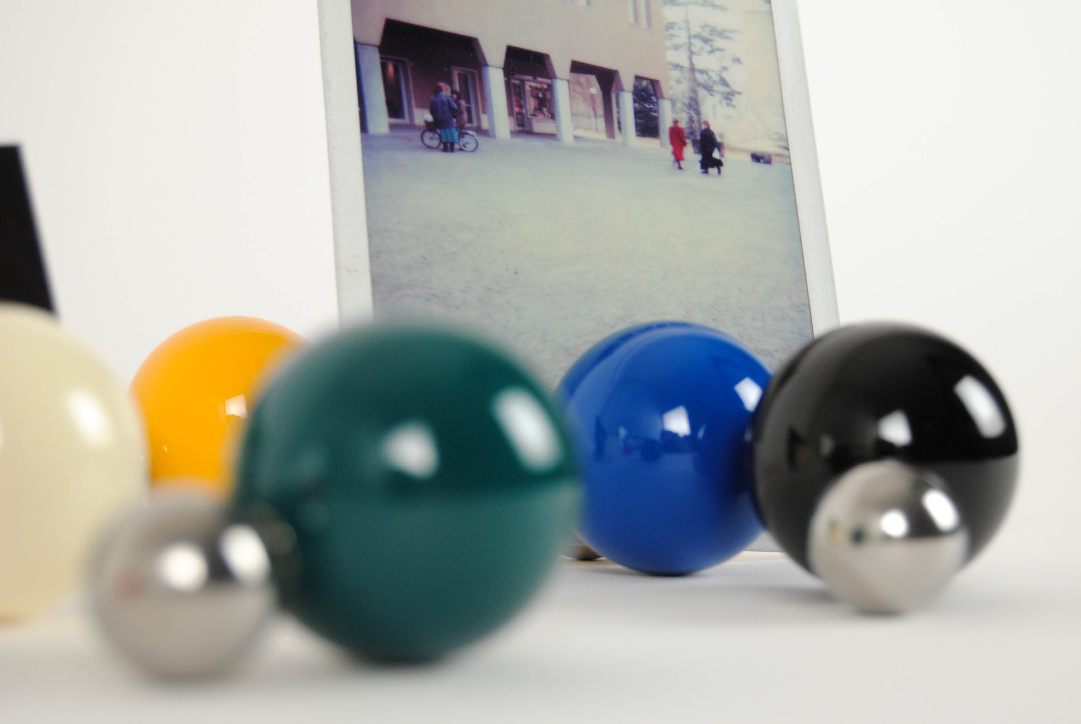 tac photo holders with magnetic balls colored in green black blue and yellow