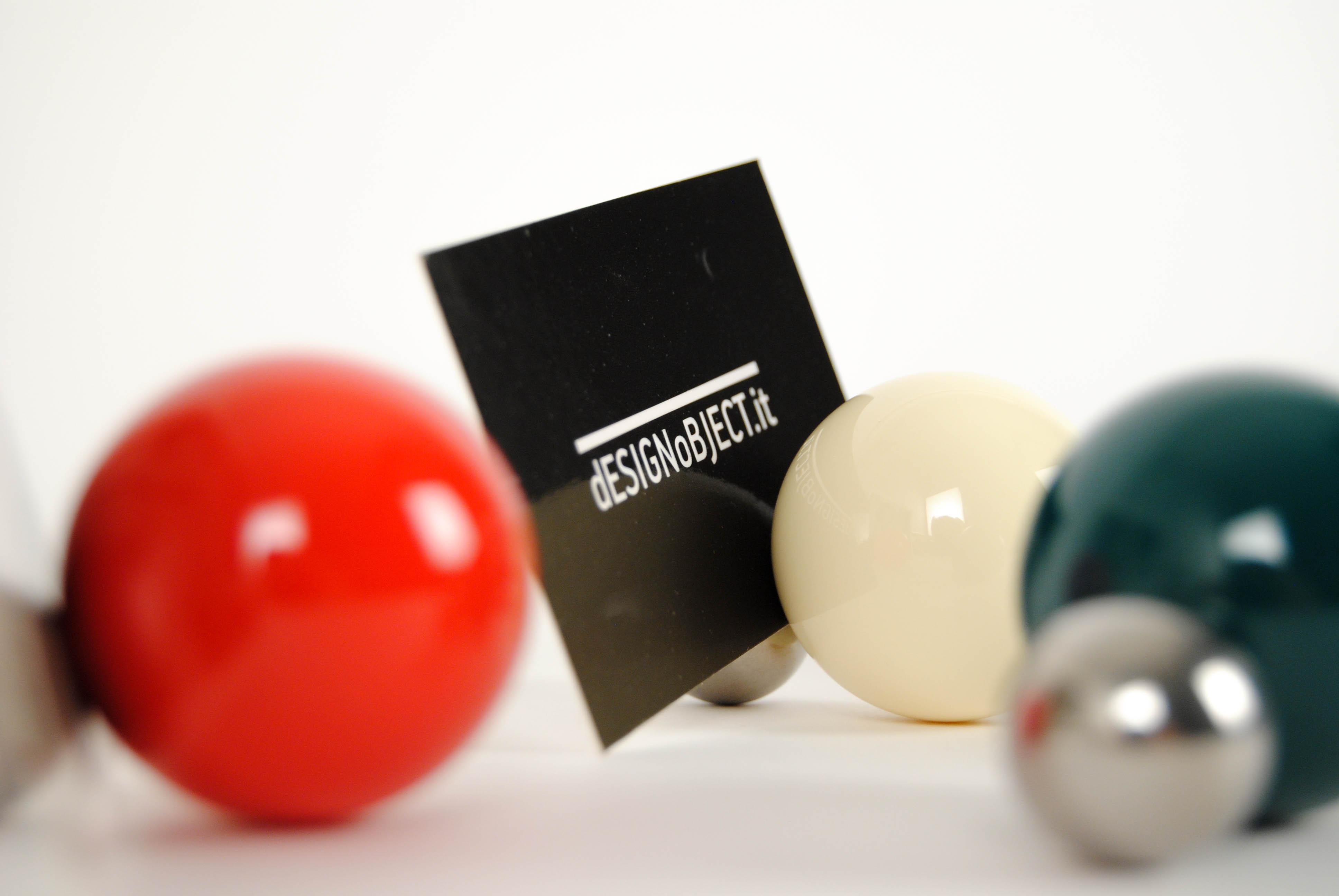 tac photo holders with magnetic balls colored in white and red