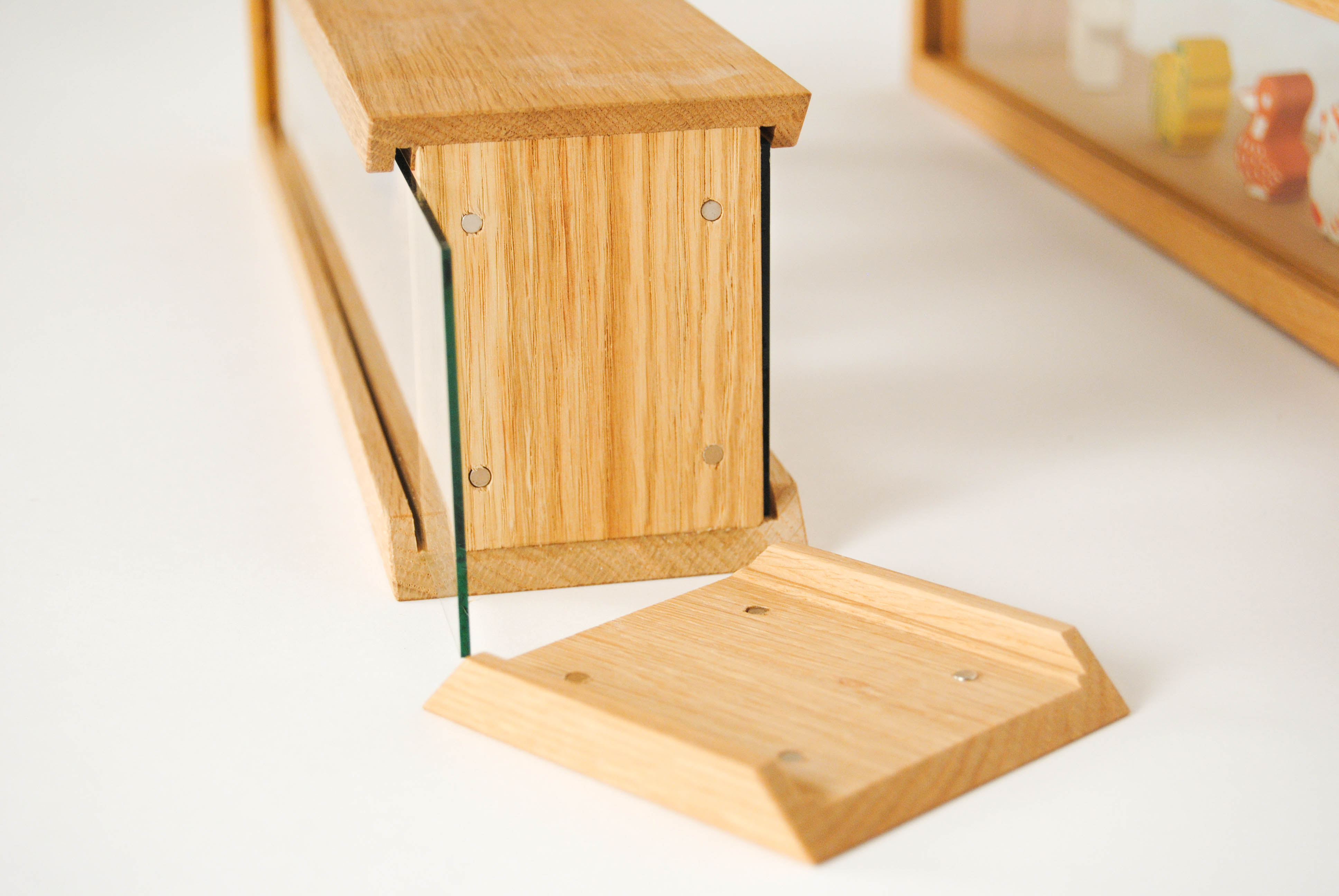 rack wooden table showcase with magnetic closure and glass