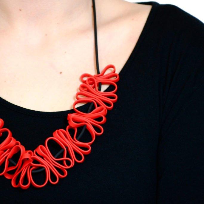 collana rossa design elegante per cerimonia